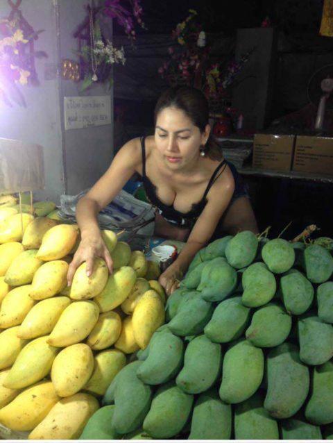【おっぱい】台湾の屋台店員さん、品物より身体で集客するwwwwww・33枚目