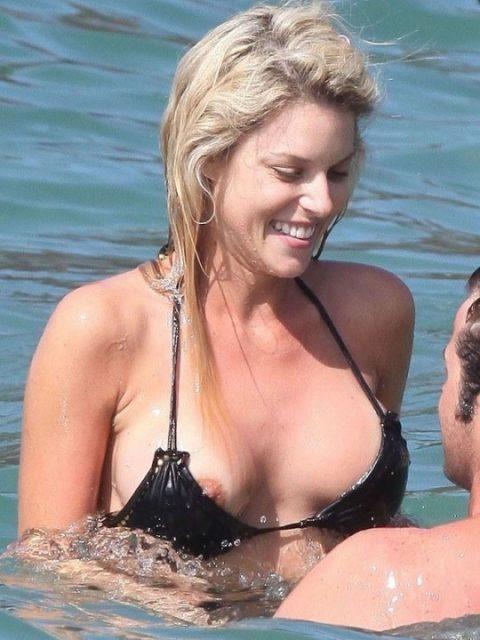 素人の巨乳まんさんがビーチで爆死(ポロリ)してる瞬間ヤッバwwwwwww(エロ画像)・35枚目