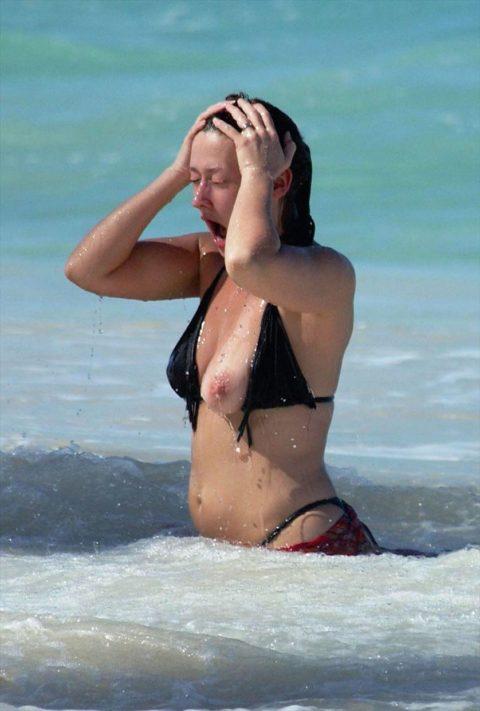 素人の巨乳まんさんがビーチで爆死(ポロリ)してる瞬間ヤッバwwwwwww(エロ画像)・38枚目