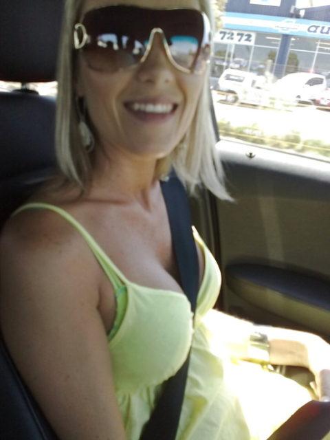 【谷間】車に乗ってる巨乳女さん、シートベルトがエロアイテムになるwwwww(エロ画像)・3枚目
