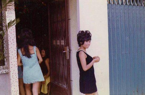 ベトナムの売春婦。。軍御用達らしいけど明らかに若すぎる・・・(エロ画像)・18枚目