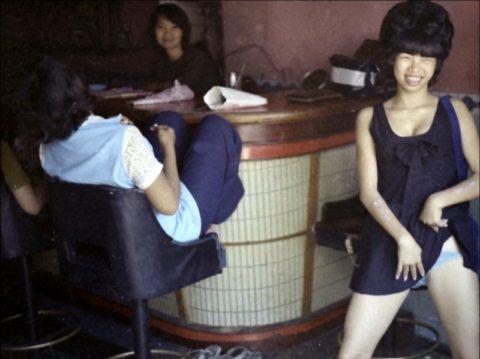 ベトナムの売春婦。。軍御用達らしいけど明らかに若すぎる・・・(エロ画像)・2枚目