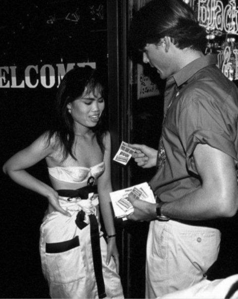 ベトナムの売春婦。。軍御用達らしいけど明らかに若すぎる・・・(エロ画像)・3枚目