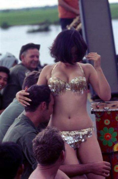ベトナムの売春婦。。軍御用達らしいけど明らかに若すぎる・・・(エロ画像)・40枚目