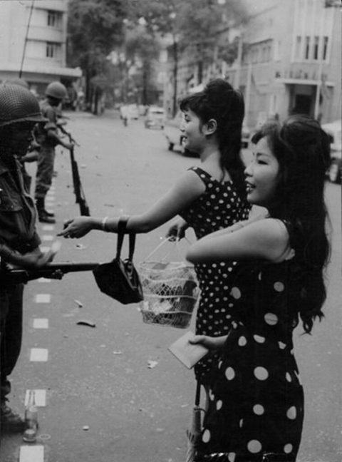 ベトナムの売春婦。。軍御用達らしいけど明らかに若すぎる・・・(エロ画像)・8枚目