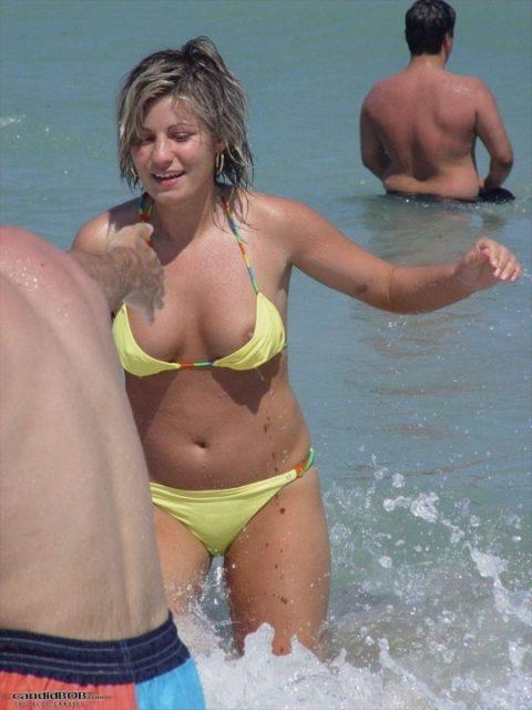 素人の巨乳まんさんがビーチで爆死(ポロリ)してる瞬間ヤッバwwwwwww(エロ画像)・5枚目