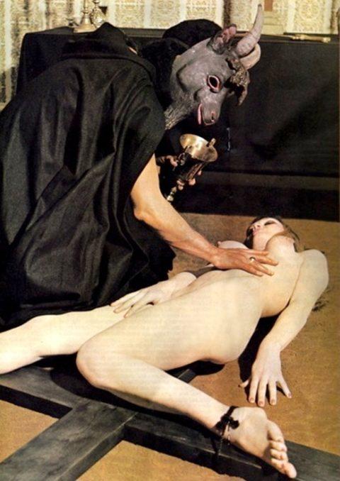 【エロ画像】古の生贄儀式を行った結果。全裸の必要あるんか?wwwww・5枚目