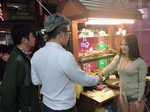 【おっぱい】台湾の屋台店員さん、品物より身体で集客するwwwwww・5枚目