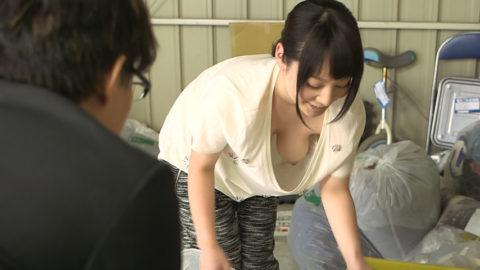 【胸チラ】前屈みになった女さん、ガッツリ撮影されて晒されるwwwwww・6枚目