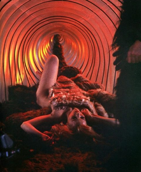 【エロ画像】古の生贄儀式を行った結果。全裸の必要あるんか?wwwww・6枚目