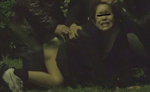 【レイプ…】集団で強姦する胸糞悪いエロ画像。。これガチのやつなん??・1枚目