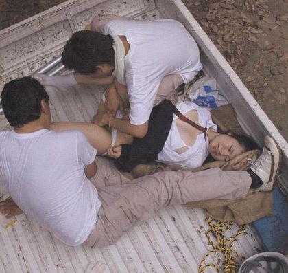 【レイプ…】集団で強姦する胸糞悪いエロ画像。。これガチのやつなん??・14枚目