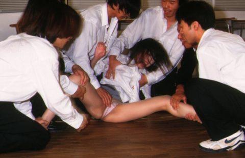 【レイプ…】集団で強姦する胸糞悪いエロ画像。。これガチのやつなん??・9枚目