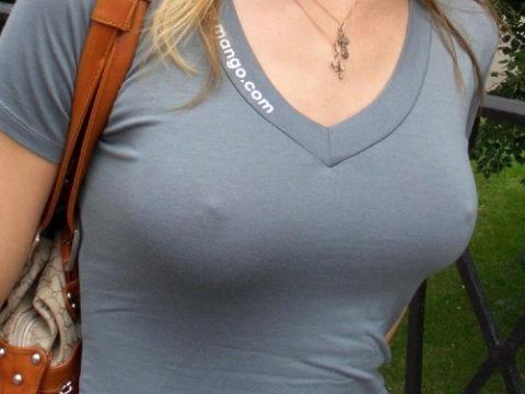 【透け乳首】ノーブラ女さんのビーチクの形がはっきり分かるエロ画像wwwwwww・1枚目