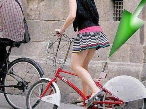 """【エロ画像】""""ディルド""""付いてる自転車に乗った女…こぐ度に上下するのヤバイwwww・1枚目"""
