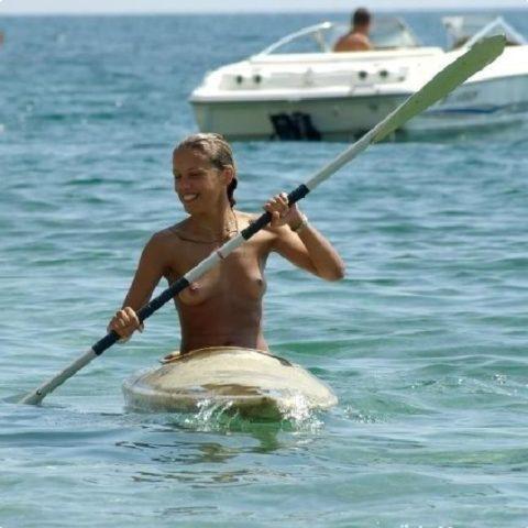 【エロ画像】全裸でマリンスポーツを楽しむ女子。マンコ丸出しやんけwwwwww・1枚目