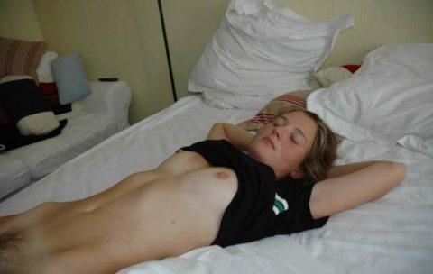 【素人エロ】セックスの後に安心して寝た女。しっかり撮影されて晒される・・・・10枚目
