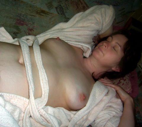 【素人エロ】セックスの後に安心して寝た女。しっかり撮影されて晒される・・・・11枚目