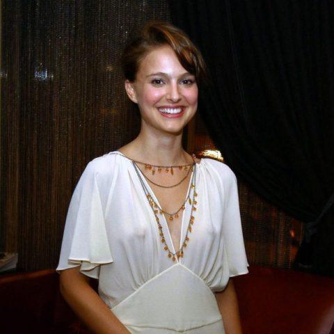 ハリウッド女優のおっぱいボッローンしたエロハプニング…丸出しやん。。(エロ画像)・12枚目