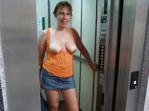 【露出狂】エレベータに乗る時にコイツいたらどうする??wwwwww(エロ画像)・18枚目