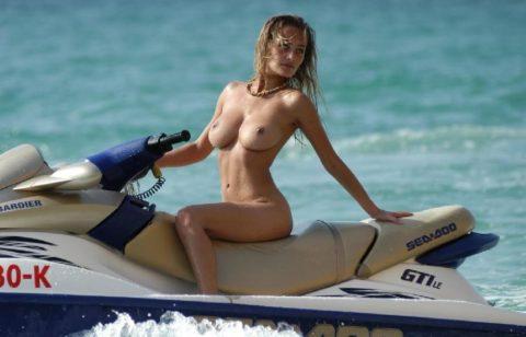 【エロ画像】全裸でマリンスポーツを楽しむ女子。マンコ丸出しやんけwwwwww・20枚目