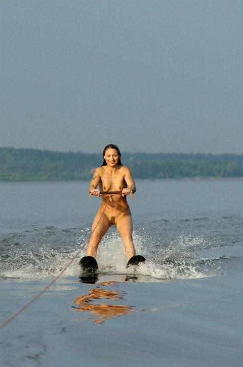 【エロ画像】全裸でマリンスポーツを楽しむ女子。マンコ丸出しやんけwwwwww・3枚目
