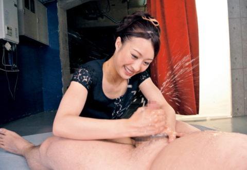 【エロ画像】男を「潮吹き」させる女の反応がこちら。もれなく笑顔wwwwww・3枚目