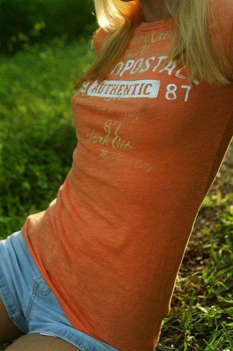 【透け乳首】ノーブラ女さんのビーチクの形がはっきり分かるエロ画像wwwwwww・31枚目