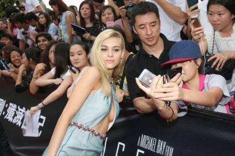 ハリウッド女優のおっぱいボッローンしたエロハプニング…丸出しやん。。(エロ画像)・35枚目
