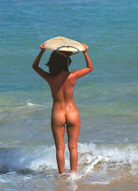 【エロ画像】全裸でマリンスポーツを楽しむ女子。マンコ丸出しやんけwwwwww・6枚目