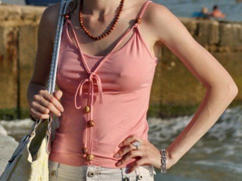 【透け乳首】ノーブラ女さんのビーチクの形がはっきり分かるエロ画像wwwwwww・9枚目