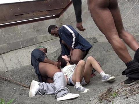 黒人チンポさん、日本人女の子を複数人で犯してしまう・・・(画像あり)