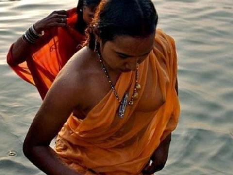 【エロ画像】おっぱい丸出しで水浴びするインドの神大河wwwwwwww