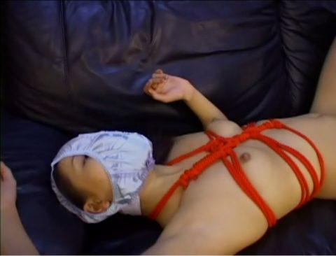 【エロ画像】自分のパンツを被ってるアホ女たちを撮影した画像集。。・1枚目