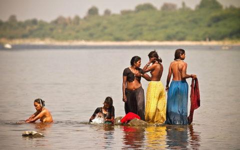 【エロ画像】おっぱい丸出しで水浴びするインドの神大河wwwwwwww・1枚目