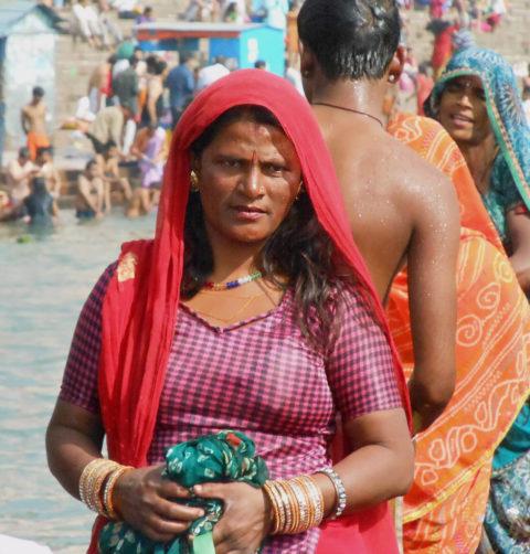【エロ画像】おっぱい丸出しで水浴びするインドの神大河wwwwwwww・10枚目