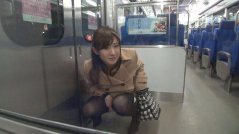 【AVエロ】電車内で「オシッコ」してるヤバすぎる作品・・・(エロ画像)・11枚目