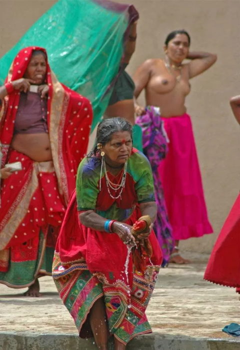 【エロ画像】おっぱい丸出しで水浴びするインドの神大河wwwwwwww・12枚目
