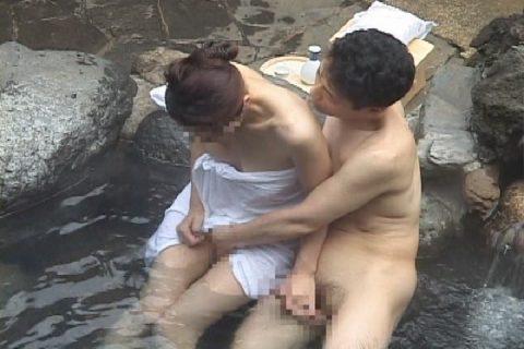 【エロ画像】貸し切りの露天風呂でカップルが行う行動wwwwww・12枚目