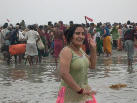 【エロ画像】おっぱい丸出しで水浴びするインドの神大河wwwwwwww・13枚目