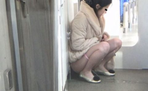 【AVエロ】電車内で「オシッコ」してるヤバすぎる作品・・・(エロ画像)・13枚目