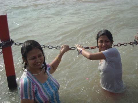 【エロ画像】おっぱい丸出しで水浴びするインドの神大河wwwwwwww・14枚目