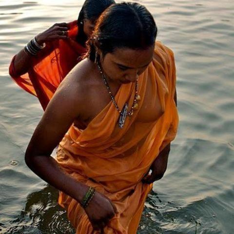 【エロ画像】おっぱい丸出しで水浴びするインドの神大河wwwwwwww・15枚目