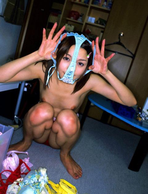 【エロ画像】自分のパンツを被ってるアホ女たちを撮影した画像集。。・18枚目
