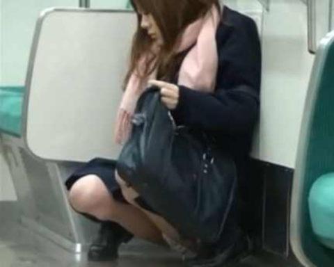 【AVエロ】電車内で「オシッコ」してるヤバすぎる作品・・・(エロ画像)・19枚目