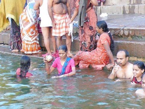 【エロ画像】おっぱい丸出しで水浴びするインドの神大河wwwwwwww・2枚目