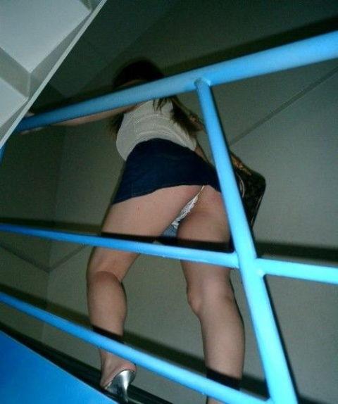 素人のパンチラを階段を利用して撮影してみた。。結局これが有能やったwwww(エロ画像)・13枚目