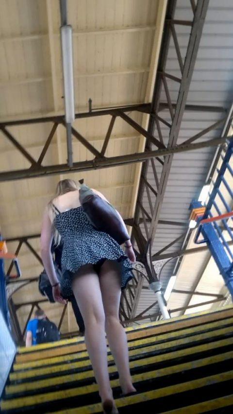 素人のパンチラを階段を利用して撮影してみた。。結局これが有能やったwwww(エロ画像)・17枚目