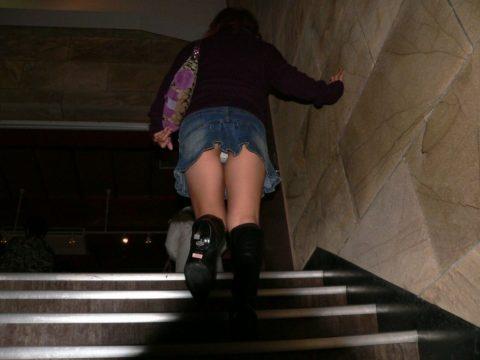 素人のパンチラを階段を利用して撮影してみた。。結局これが有能やったwwww(エロ画像)・19枚目