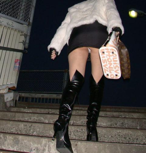 素人のパンチラを階段を利用して撮影してみた。。結局これが有能やったwwww(エロ画像)・3枚目
